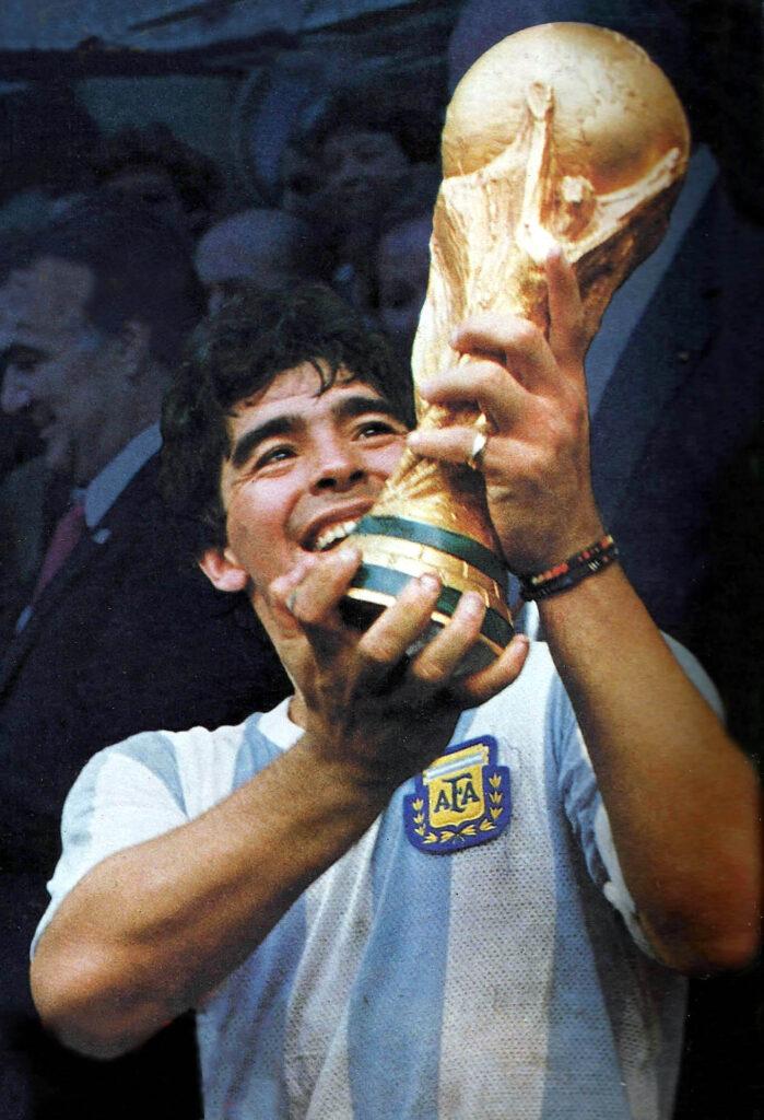 Maradona recogiendo la copa del mundo