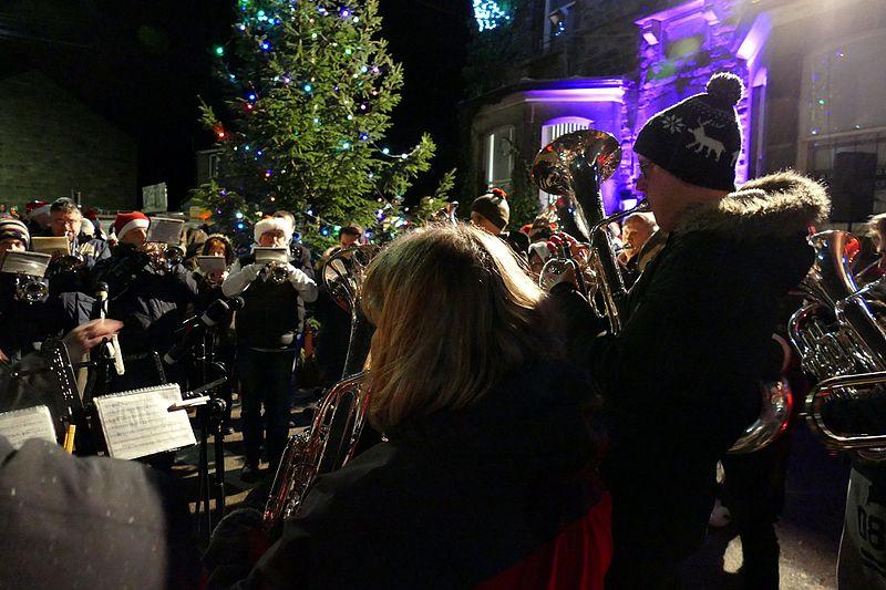 Imagen de habitantes tocando unos villancicos en la calle en Bollington típico en Navidad en Reino Unido
