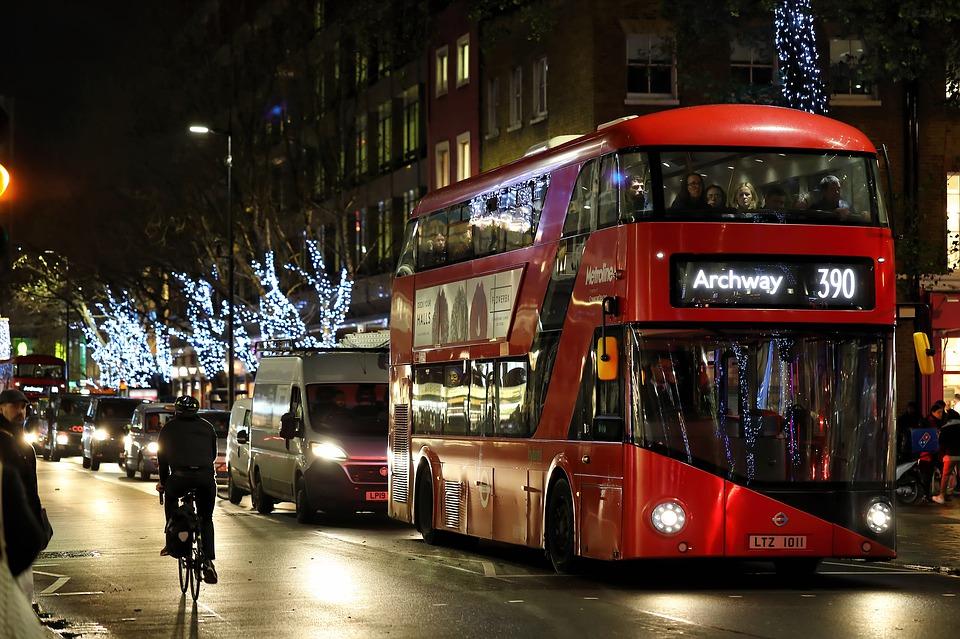 Imagen de una calle de Londres decorada de Navidad