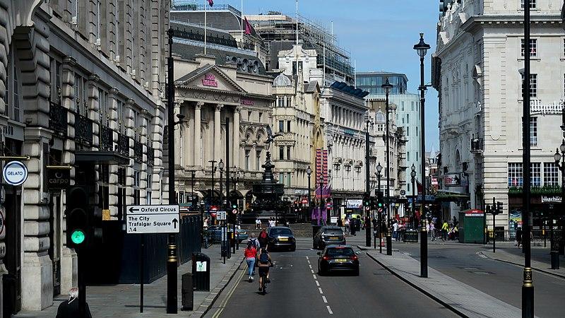 Piccadilly Circus medio vacío por el lockdown