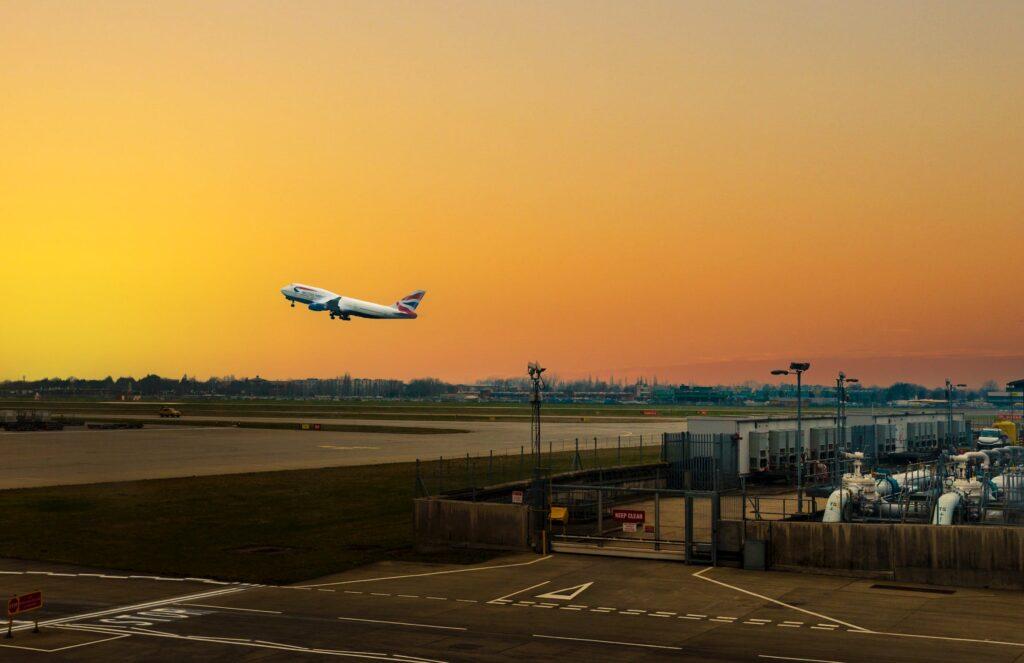 vista aeropuerto con avión despegando