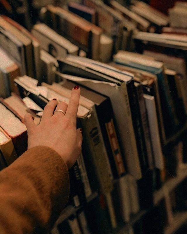 imagen de mano buscando libros