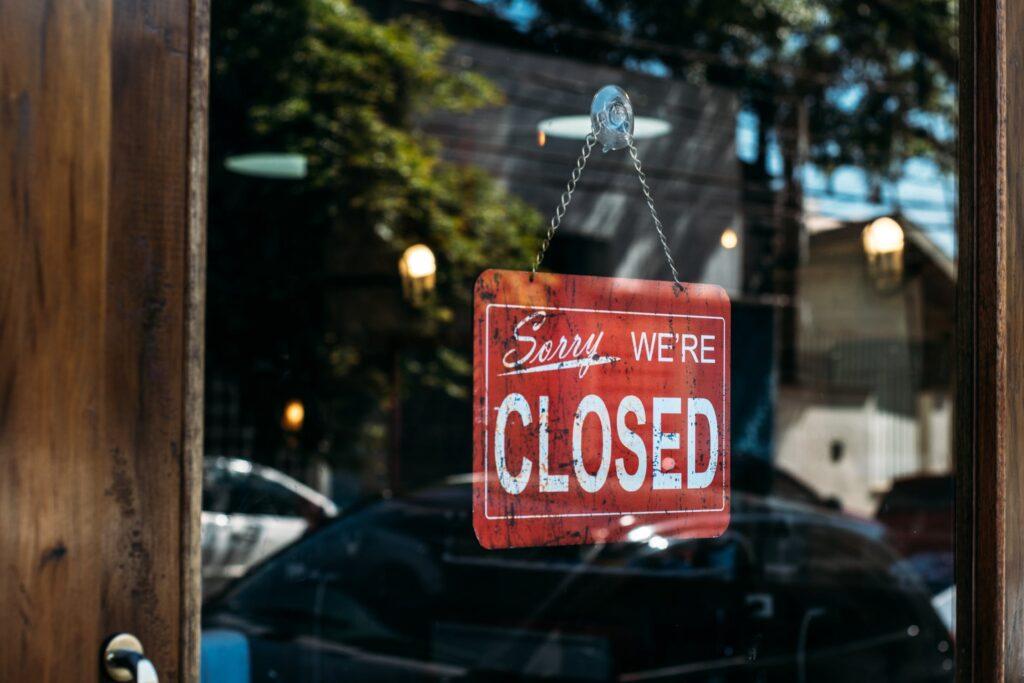 ejemplo de tienda cerrada por coronavirus en reino unido