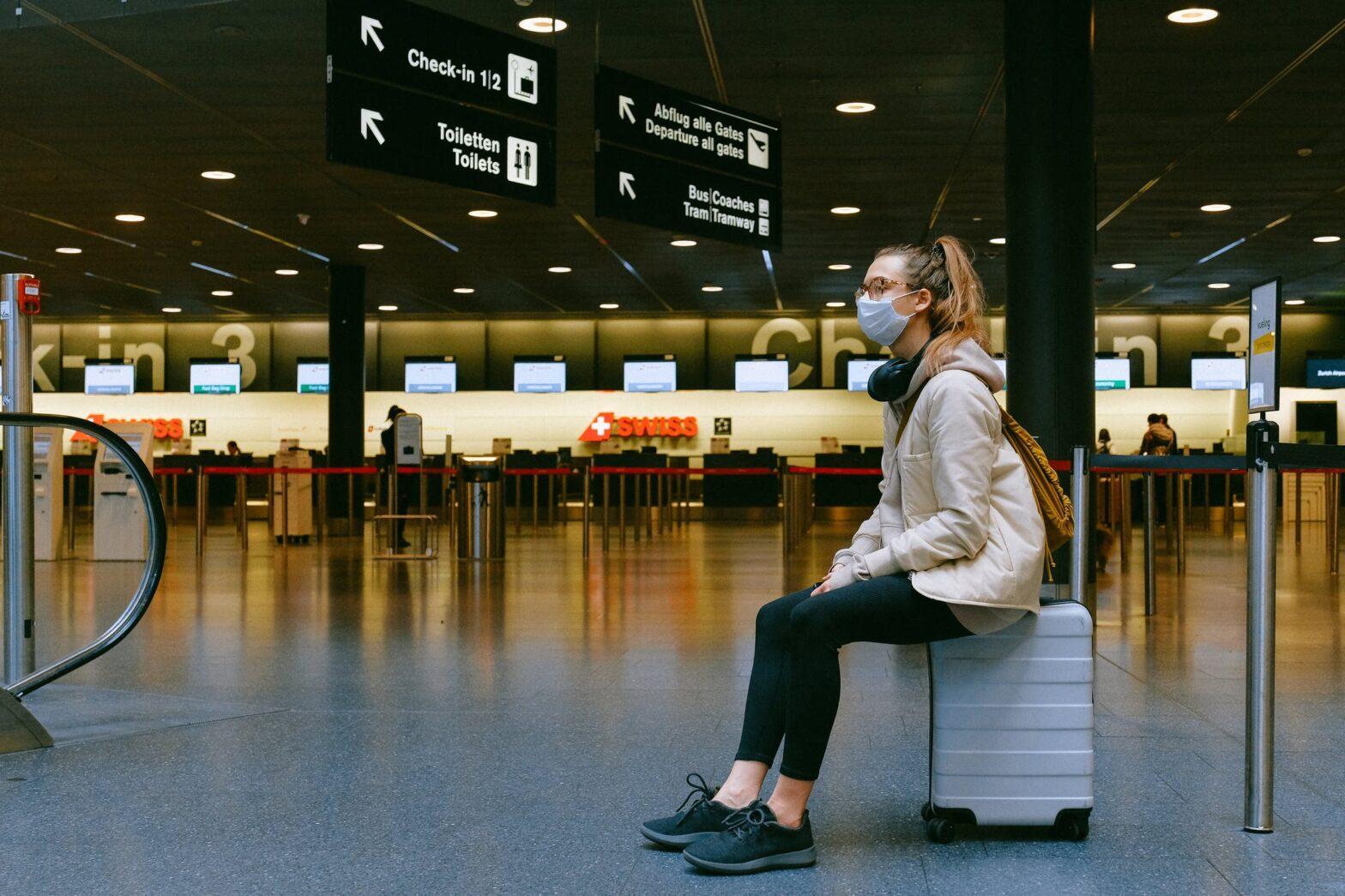 aeropuerto vacio con mascarilla¡