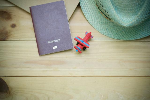 imagen de pasaporte y avioneta de juguete
